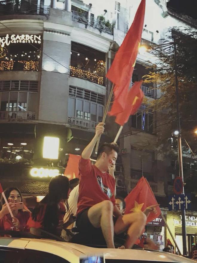 Sau Mỹ Tâm, đến lượt Đàm Vĩnh Hưng mặc quần đùi ngồi nóc xe hơi đi bão mừng tuyển U23 Việt Nam - Ảnh 5.