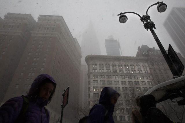 New York như hành tinh khác trong trận bão tuyết khiến nước Mỹ lạnh hơn sao Hỏa - Ảnh 6.