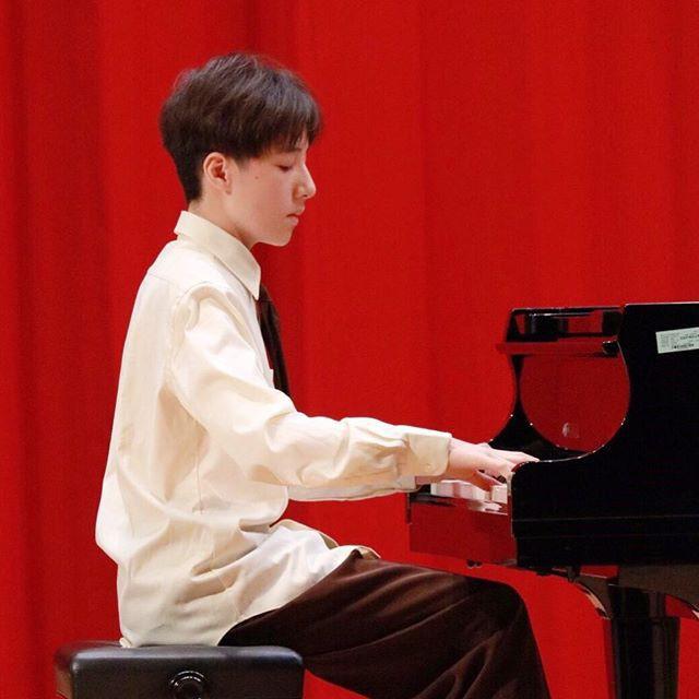 Tiểu Vương Lực Hoành Trung Quốc: 13 tuổi đã cao 1m70, học giỏi và biết chơi cả piano, violin - Ảnh 7.