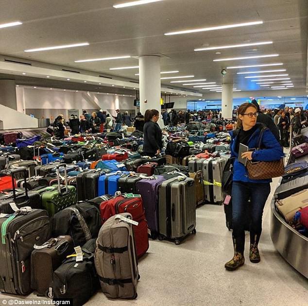 Khung cảnh hỗn loạn tại sân bay JFK sau bom bão tuyết: Hơn 6000 chuyến bay bị hủy bỏ, 2 vụ va chạm máy bay xảy ra - Ảnh 8.