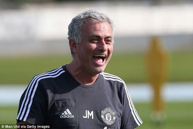 Mourinho sút thị phạm, cầu thủ Man Utd cười hết cỡ ở Dubai - Ảnh 8.