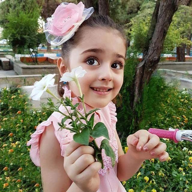 """Bé gái xinh đẹp nhất thế giới"""": Bố mẹ phải nghỉ việc, theo sát con vì sợ bị quấy rối - Ảnh 10."""