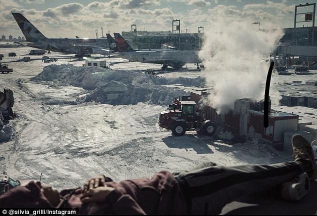 Khung cảnh hỗn loạn tại sân bay JFK sau bom bão tuyết: Hơn 6000 chuyến bay bị hủy bỏ, 2 vụ va chạm máy bay xảy ra - Ảnh 10.
