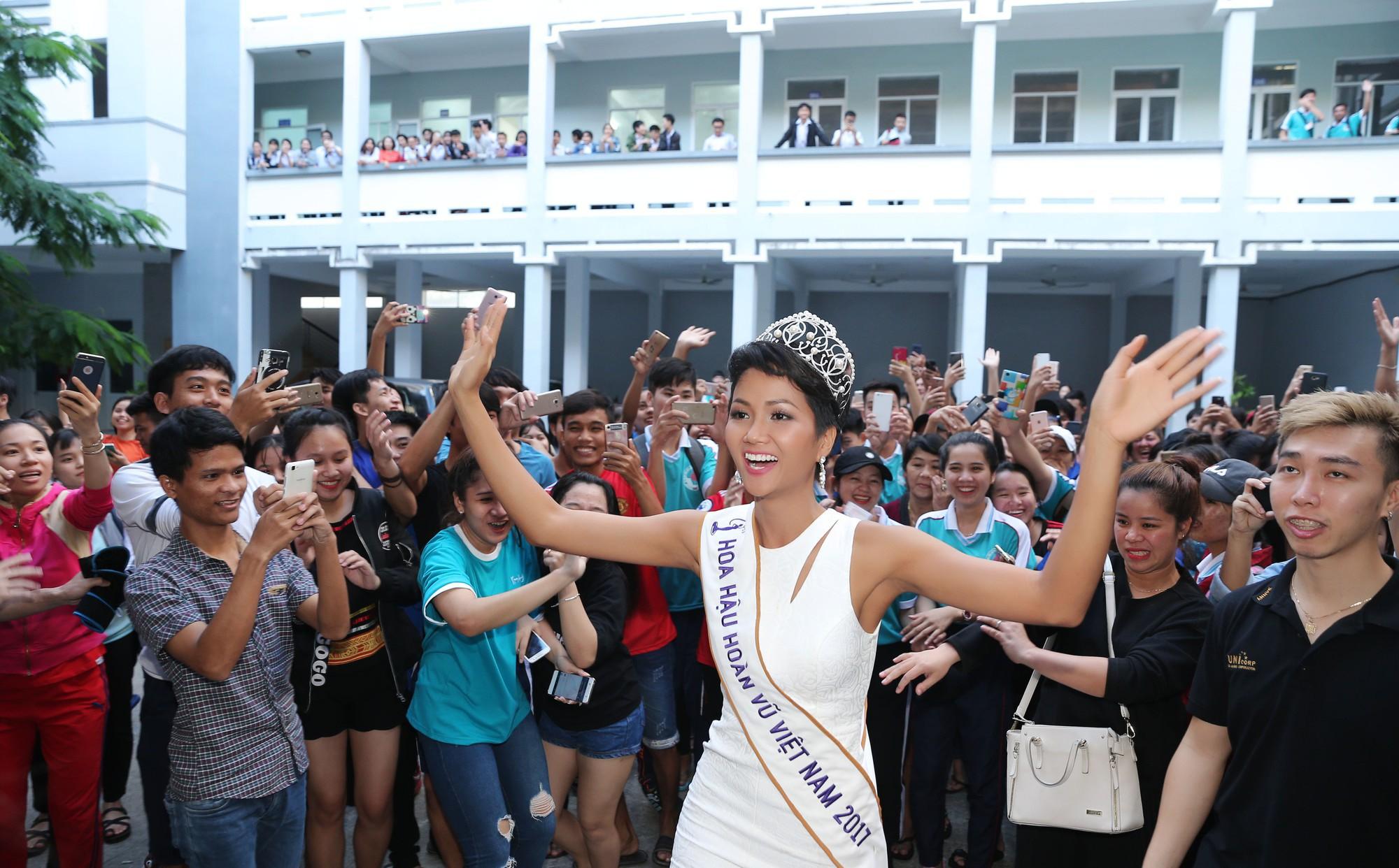 Hàng trăm sinh viên ùa tới khi hoa hậu H'Hen Niê về thăm trường cũ