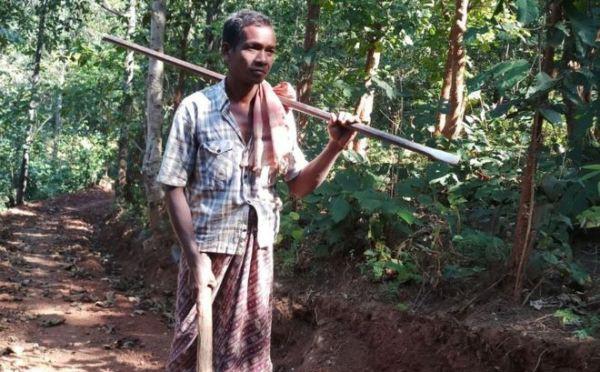 Người cha một mình đào 8km đường núi để các con đi học, về nhà dễ dàng hơn
