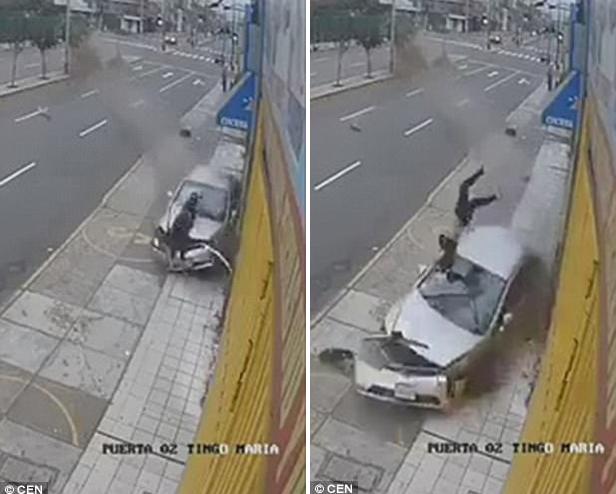 Xe hơi mất lái lao lên vỉa hè, tông trúng người đi đường - Ảnh 1.
