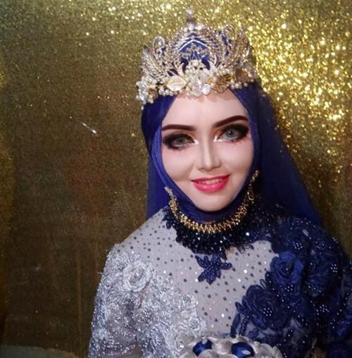 Cô dâu sau khi trang điểm thành búp bê barbie.