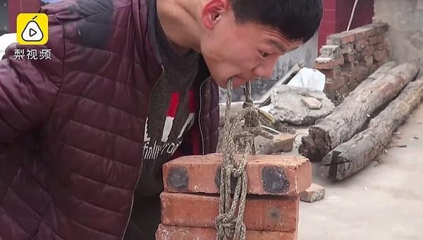 Chàng trai bị bại não vẫn cố gắng livestream nâng gạch bằng răng để kiếm sống nuôi gia đình - Ảnh 5.