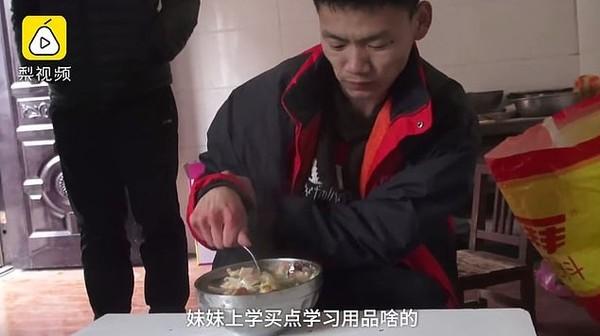 Chàng trai bị bại não vẫn cố gắng livestream nâng gạch bằng răng để kiếm sống nuôi gia đình - Ảnh 4.