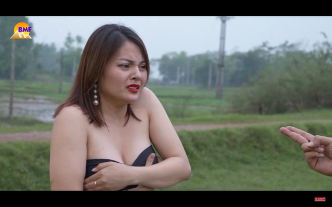 Vẻ nóng bỏng của nữ diễn viên có cảnh quay bị chê hớ hênh, lố lăng trong Đại gia chân đất 9 - Ảnh 2.