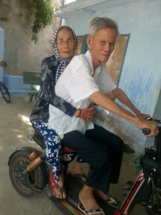 Ông ngoại 88 tuổi đi đạp xe nói chuyện với bà khác, bà ngoại ghen tuông và màn làm hoà cực đỉnh - Ảnh 1.
