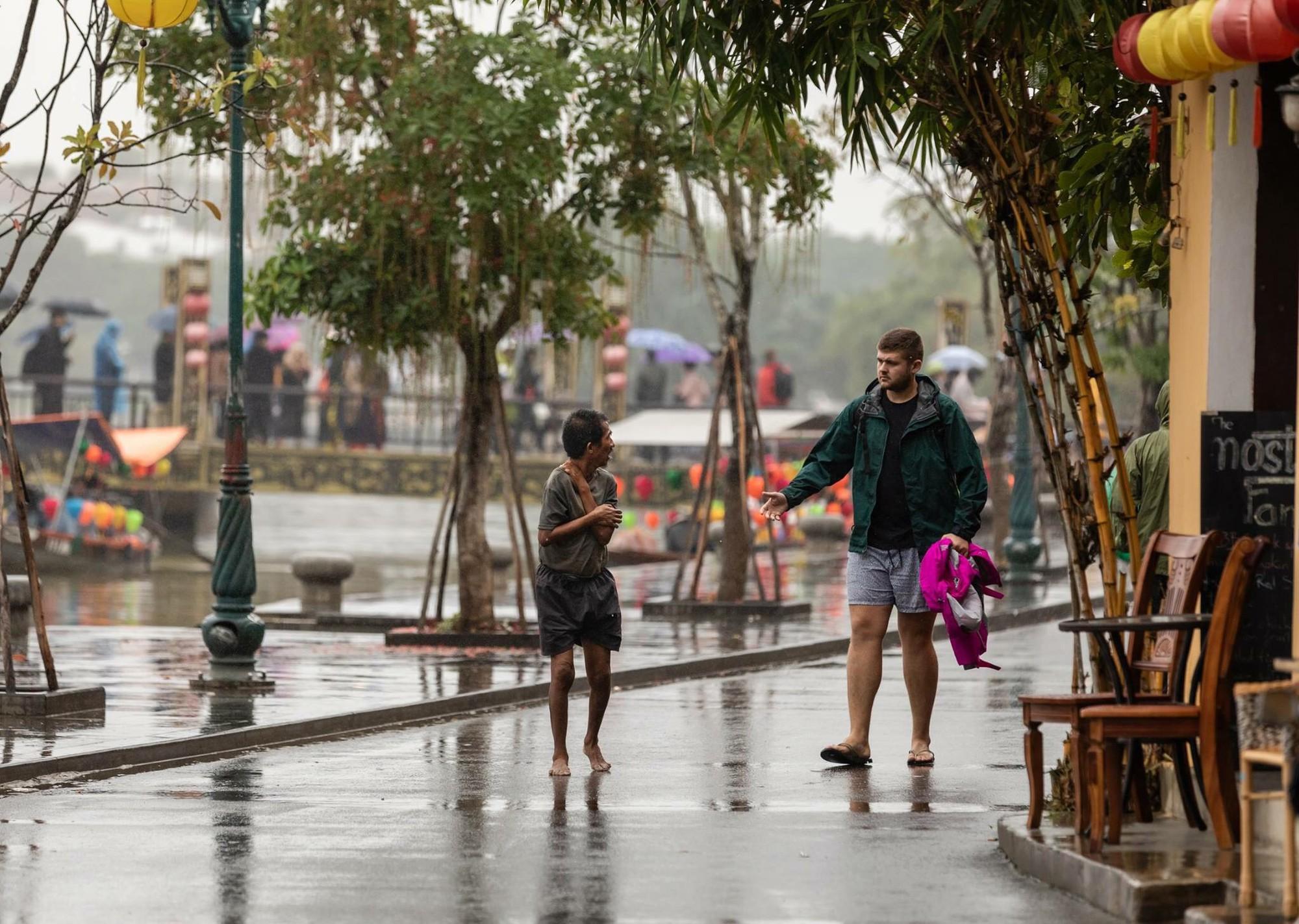 Thấy người đàn ông Việt co ro giữa mưa lạnh, chàng trai ngoại quốc đuổi