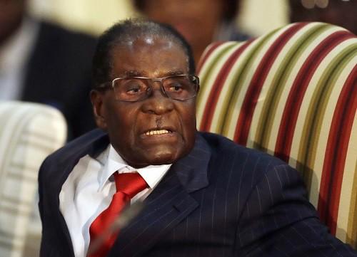 Cựu Tổng thống Zimbabwe Robert Mugabe bị trộm lấy mất vali chứa đầy tiền mặt. Ảnh: Getty