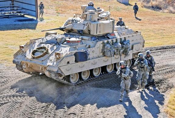 Lục quân Mỹ trang bị thử nghiệm hệ thống phòng thủ chủ động cho xe Bradley - Ảnh 1.