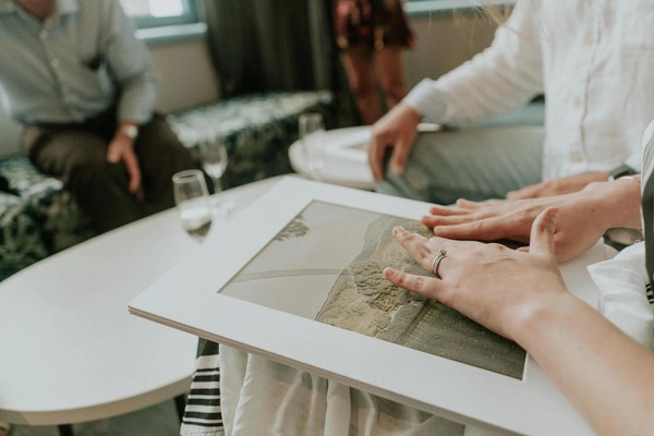 Để cô gái mù có thể xem lại khoảnh khắc hạnh phúc nhất đời mình, đội ngũ nhiếp ảnh gia đã làm một điều vô cùng đặc biệt - Ảnh 11.