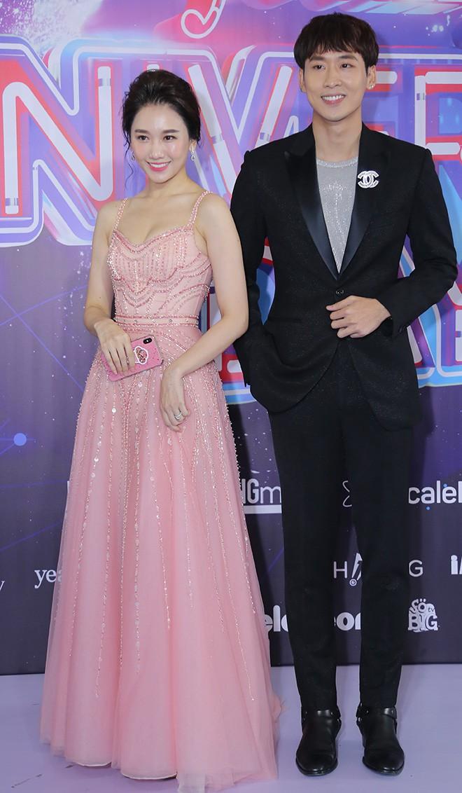 Hari Won mặc gợi cảm, thoải mái tình tứ bên người tình màn ảnh - Ảnh 3.