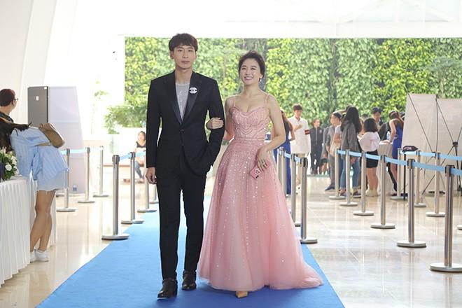 Hari Won mặc gợi cảm, thoải mái tình tứ bên người tình màn ảnh - Ảnh 1.
