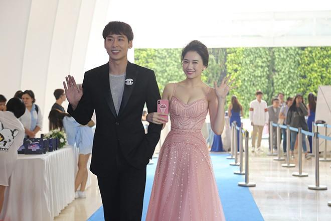 Hari Won mặc gợi cảm, thoải mái tình tứ bên người tình màn ảnh - Ảnh 2.