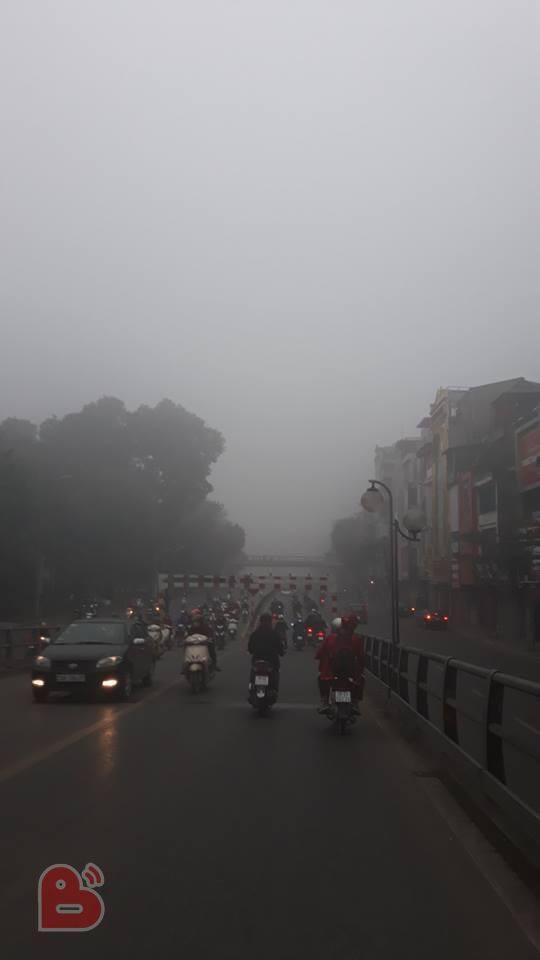 Hà Nội sương mù giăng khắp nơi khiến dân tình hoang mang cứ ngỡ đang ở Sapa, Đà Lạt - ảnh 1