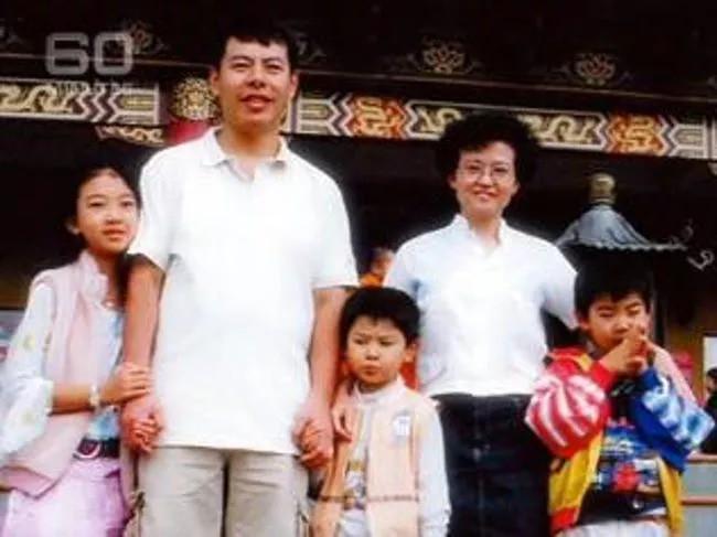 Vợ chồng ông Min Lin và 3 người con.