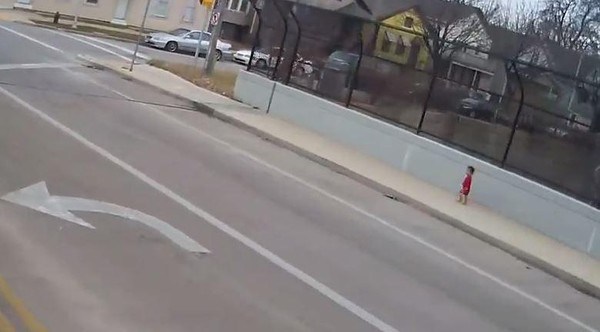 Cô bé 1 tuổi được phát hiện đi lang thang trên đường.
