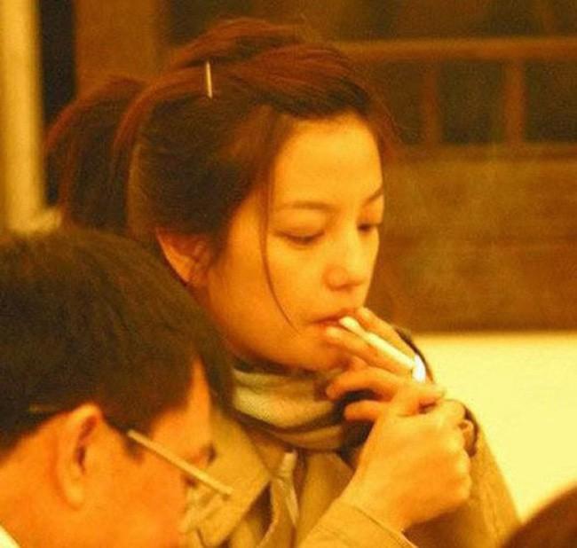 Dù là những mỹ nhân đình đám được vạn người mê nhưng không ít lần họ đánh mất hình tượng vì phì phèo thuốc lá nơi công cộng - Ảnh 2.