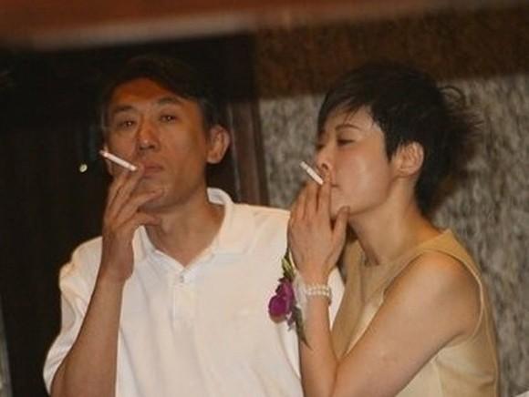 Dù là những mỹ nhân đình đám được vạn người mê nhưng không ít lần họ đánh mất hình tượng vì phì phèo thuốc lá nơi công cộng - Ảnh 13.