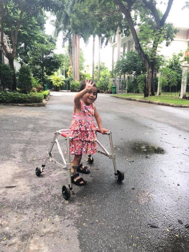 Tròn 1 năm em bé Mường Lát về thành phố: Đứa trẻ hao khuyết quỳ trên đất lạnh đã biết nguyện ước cho tương lai - ảnh 4