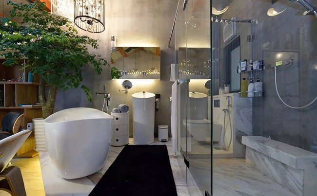 Phòng tắm đứng được ngăn cách bằng vách kính, tạo nên vẻ đẹp độc đáo và hiện đại.