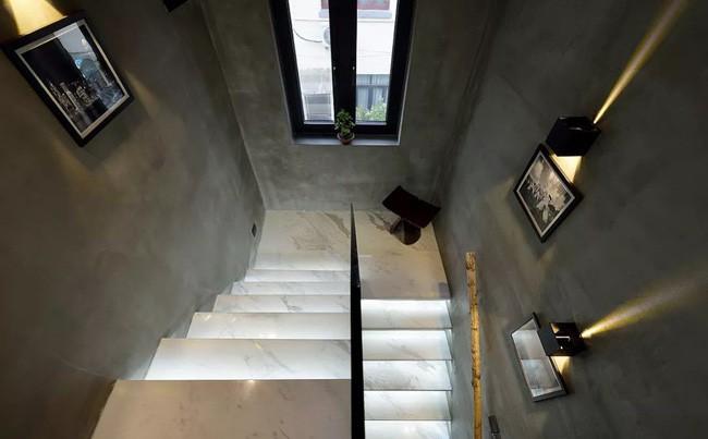 Cầu thang lát đá cẩm thạch với hiệu ứng ánh sáng tăng vẻ đẹp sang trọng cho lối đi lại.