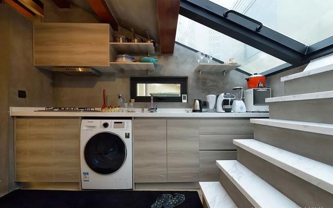 Tầng áp mái được thiết kế đa năng với khu vực bếp đẹp xinh, đủ đầy tiện nghi.