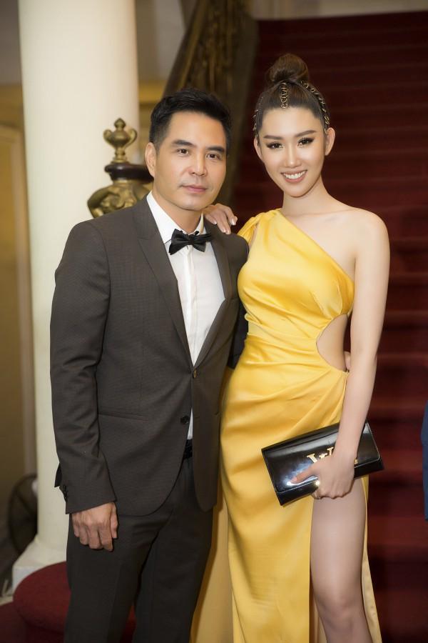 Lên sân khấu chụp ảnh lưu niệm, Thuý Ngân bị lấy cắp túi hiệu khi tham dự lễ trao giải - Ảnh 2.