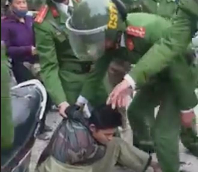 Cảnh sát đuổi bắt gọn kẻ cướp trên phố ở Nghệ An - ảnh 1