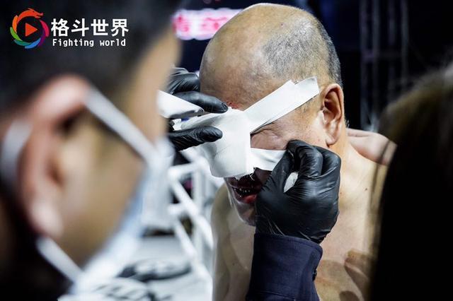 Làng võ Trung Quốc dậy sóng: Gã điên MMA đối đầu với cao thủ võ cổ truyền và cú hạ đo ván như trong phim hành động - Ảnh 3.