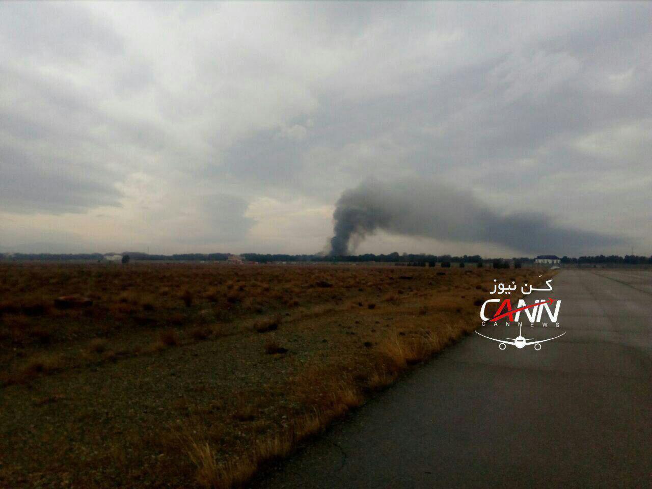[NÓNG] Rơi gần thủ đô, Boeing-707 của quân đội Iran bốc cháy, chỉ 1 người sống sót - Ảnh 1.