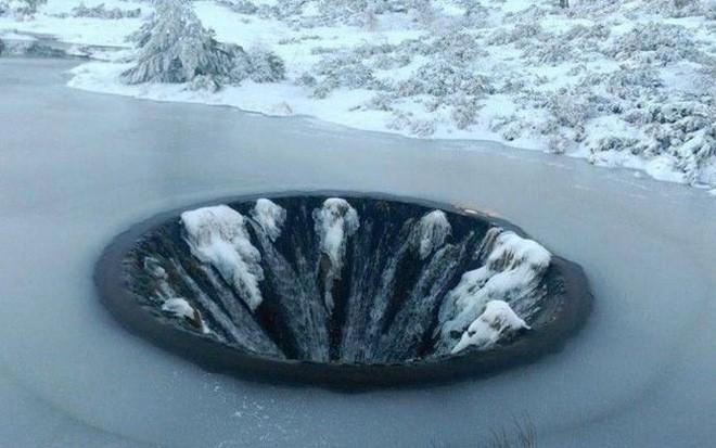Chiếc hố nằm giữa hồ nước kỳ lạ này là cả một công trình trí tuệ hiếm có của nhân loại - Ảnh 2.