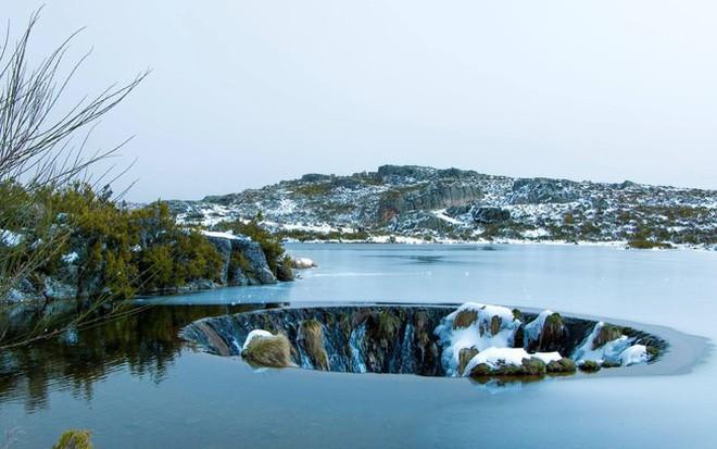 Chiếc hố nằm giữa hồ nước kỳ lạ này là cả một công trình trí tuệ hiếm có của nhân loại - Ảnh 3.