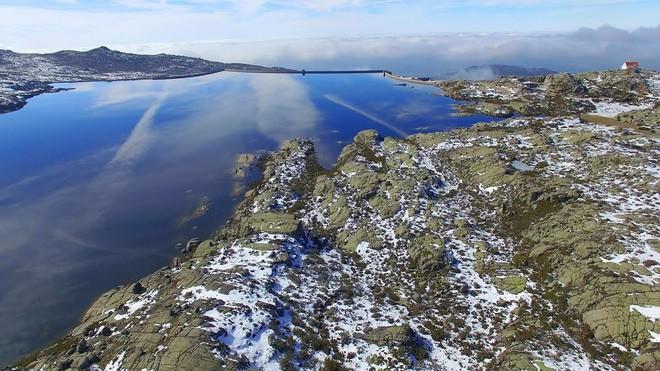 Chiếc hố nằm giữa hồ nước kỳ lạ này là cả một công trình trí tuệ hiếm có của nhân loại - Ảnh 7.