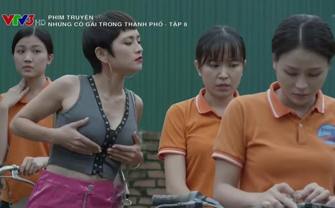Thúy An nói gì về trang phục siêu ngắn, siêu hở trong phim Những cô gái trong thành phố? - Ảnh 1.