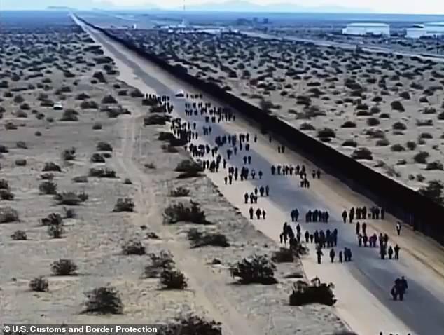 Cận cảnh lỗ đào 'xuyên thủng' bức tường biên giới Mỹ, nơi 376 người vượt biên - Ảnh 1.