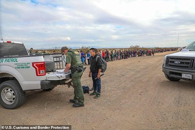 Cận cảnh lỗ đào 'xuyên thủng' bức tường biên giới Mỹ, nơi 376 người vượt biên - Ảnh 4.