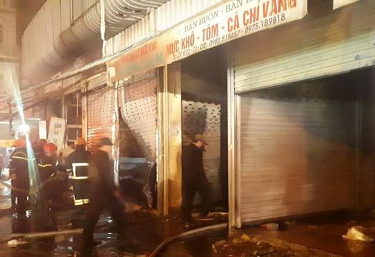 Cháy chợ đầu mối lớn nhất Thanh Hóa trong đêm cận Tết, tiểu thương trắng tay - Ảnh 2.
