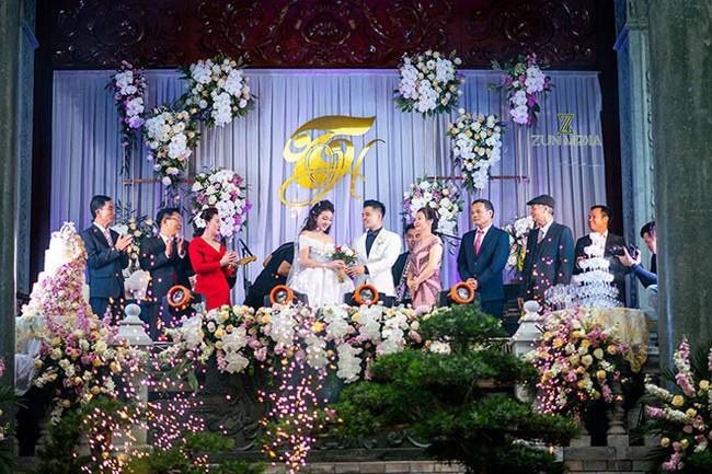 Cô dâu trong đám cưới 200 cây vàng ở lâu đài xinh đẹp, nhưng nhan sắc của người mẹ mới thật đáng ngưỡng mộ - Ảnh 1.