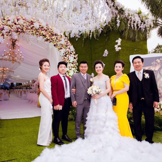Cô dâu trong đám cưới 200 cây vàng ở lâu đài xinh đẹp, nhưng nhan sắc của người mẹ mới thật đáng ngưỡng mộ - Ảnh 11.