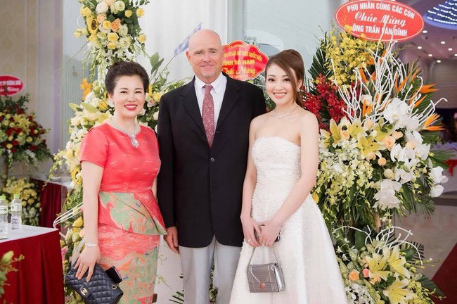Cô dâu trong đám cưới 200 cây vàng ở lâu đài xinh đẹp, nhưng nhan sắc của người mẹ mới thật đáng ngưỡng mộ - Ảnh 14.