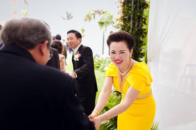 Cô dâu trong đám cưới 200 cây vàng ở lâu đài xinh đẹp, nhưng nhan sắc của người mẹ mới thật đáng ngưỡng mộ - Ảnh 6.