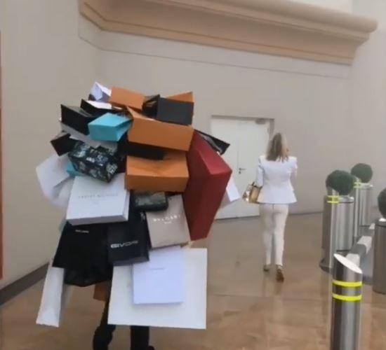 Mua sắm hàng hiệu, nuôi hổ, lái xe sang: Đây chính là cuộc sống xa xỉ hàng ngày của con nhà giàu Dubai - Ảnh 6.