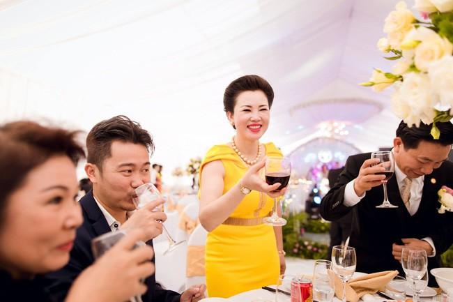 Cô dâu trong đám cưới 200 cây vàng ở lâu đài xinh đẹp, nhưng nhan sắc của người mẹ mới thật đáng ngưỡng mộ - Ảnh 7.