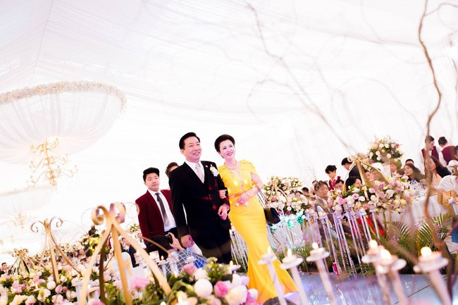 Cô dâu trong đám cưới 200 cây vàng ở lâu đài xinh đẹp, nhưng nhan sắc của người mẹ mới thật đáng ngưỡng mộ - Ảnh 8.