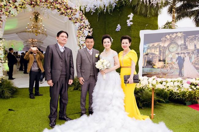 Cô dâu trong đám cưới 200 cây vàng ở lâu đài xinh đẹp, nhưng nhan sắc của người mẹ mới thật đáng ngưỡng mộ - Ảnh 9.